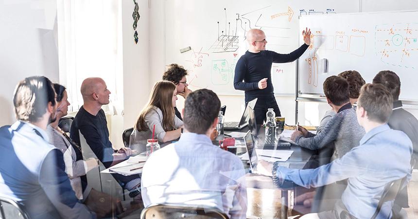 Ein Personalberater erklärt HRM-Mitarbeitern Strategien zum Recruiting-Prozess.